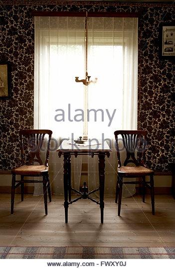 Schweden, Halsingland, Edsbyn, Stühle und Tisch Fenster im Wohnzimmer Stockbild