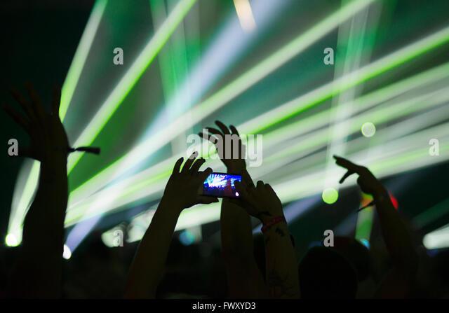 Finnland, Uusimaa, Helsinki, Mann Fotografieren mit Smartphone am Summer Sound Festival Stockbild