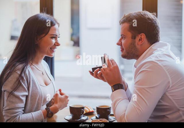 Vorschlag, Engagement Konzept, glücklich, paar im Restaurant, Mann der Ring bietet heirate mich - Stock-Bilder