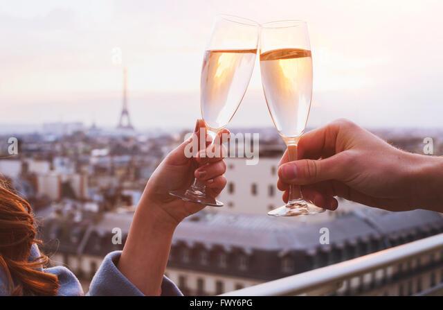 zwei Gläser Champagner oder Wein, paar in Paris, romantische Feier der Verlobung oder Jubiläum Stockbild