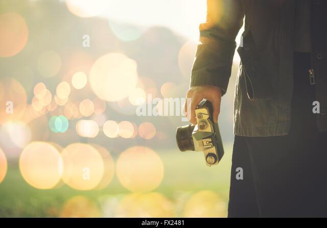Fotografin schießen im Freien auf Herbst am Nachmittag Sonne, Retro-getönten Bild mit Tiefenschärfe Stockbild