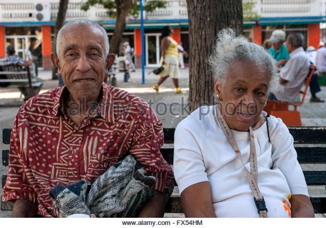 Ältere Kubaner, Mann und Frau sitzen auf einer Bank in einem Quadrat, Havanna Centro Habana, 2. Februar 2012. Stockbild