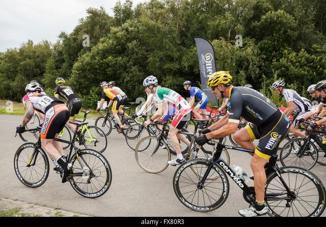 Radfahrer im Männerrennen Criterium Bike racing organisiert von British Cycling bei Fowlmead Country Park, Stockbild