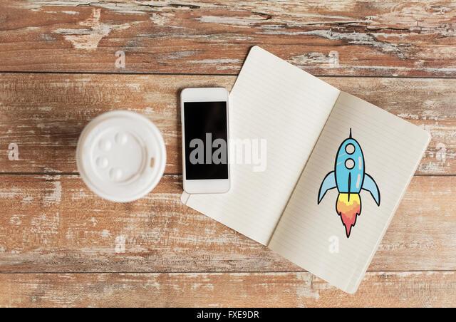 Nahaufnahme von Kaffeetasse, Notebook und smartphone Stockbild