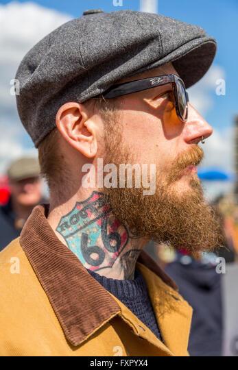 Mann mit Route 66 Tattoo am Hals bei The Classic Car Boot Sale KIng Cross London UK Stockbild
