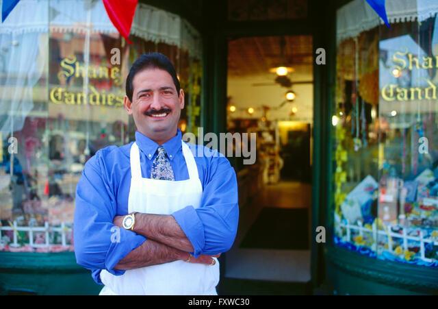 Unternehmer, die vor seiner Konfiserie fotografiert Stockbild