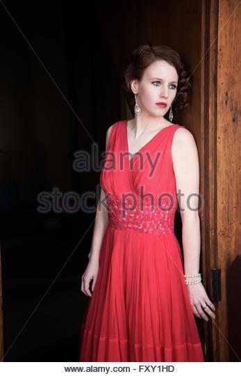 Glamouröse 1940er Jahren Frau im roten Kleid - Stock-Bilder
