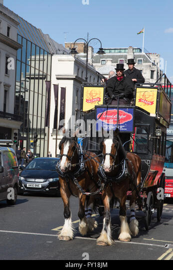 London, UK. 19. April 2016. Ein Vintage Pferdebahn oder Omnibus in den Strang. Bildnachweis: Lebendige Bilder/Alamy Stockbild