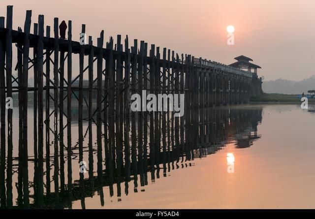 Sonnenaufgang über dem U Bein Brücke überquert den Taungthaman-See, die längste Teakholz Fußgängerbrücke Stockbild