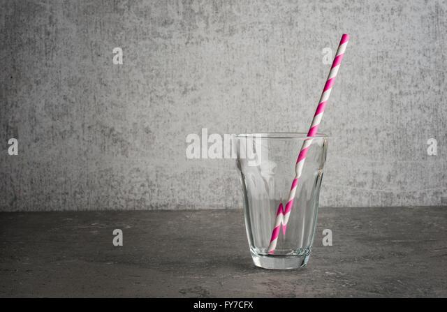Leere Glas das Glas ist mit dem Trinken Stroh Studio Stillleben der Strohhalm ist gestreift St Ing auf einem Steintisch Stockbild