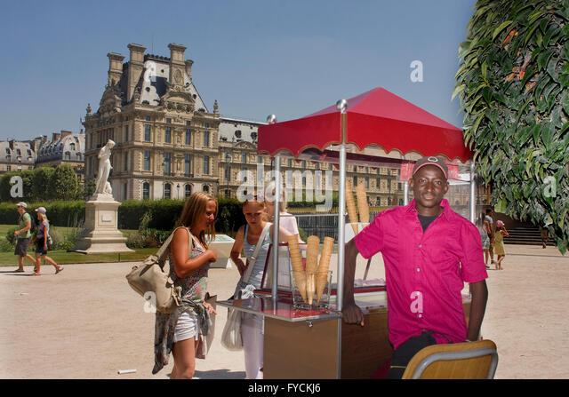 Eine Eis-Verkäufer posiert für ein Fotos aus Paris Stockbild