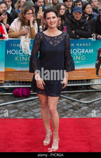 London, UK. 25. April 2016. Megan Maczko kommt für die UK-Premiere des Films ein Hologramm für den König Stockbild