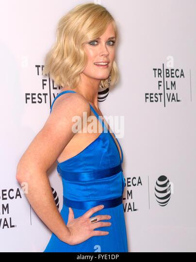 New York City, USA - 24. April 2016: Schauspielerin Abigail Hawk besucht die fast Paris Premiere beim Tribeca Film Stockbild
