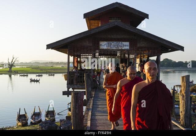 Bei der U-Bein-Brücke in der Nähe von Amarapura, Myanmar, Asien Stockbild