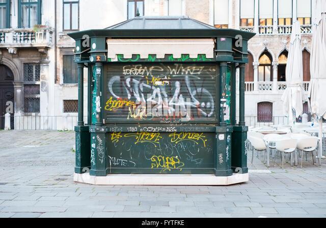 Graffiti auf einem geschlossenen touristischen Geschenk Kiosk, Venedig, Stockbild