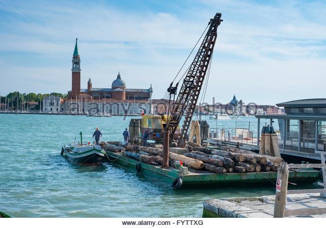 Wartung Lastkahn mit Kran und Ersatz Liegeplatz Beiträge, Venedig, Italien, Stockbild
