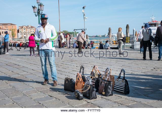 Straßenhändler mit Handtaschen zu verkaufen, Venedig, Italien. Stockbild