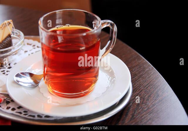 Glas Schwarztee mit Teebeutel Stockbild