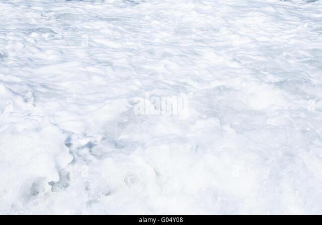 Schäumende Wellen des Ozeans als einen natürlichen Hintergrund Stockbild