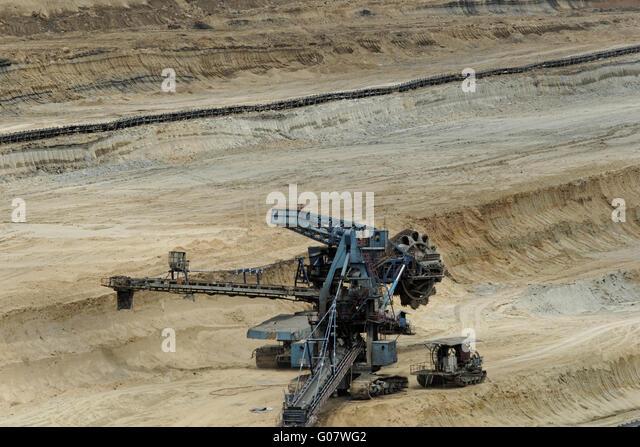 Kohle-Bergbau im Tagebau mit riesigen Industriemaschine Stockbild