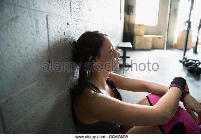 Müde Frau ruht in Turnhalle Stockbild