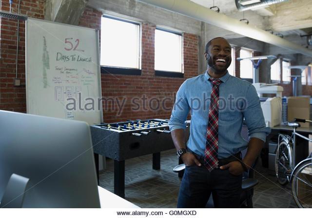 Lachende Unternehmer im neuen Büro Stockbild