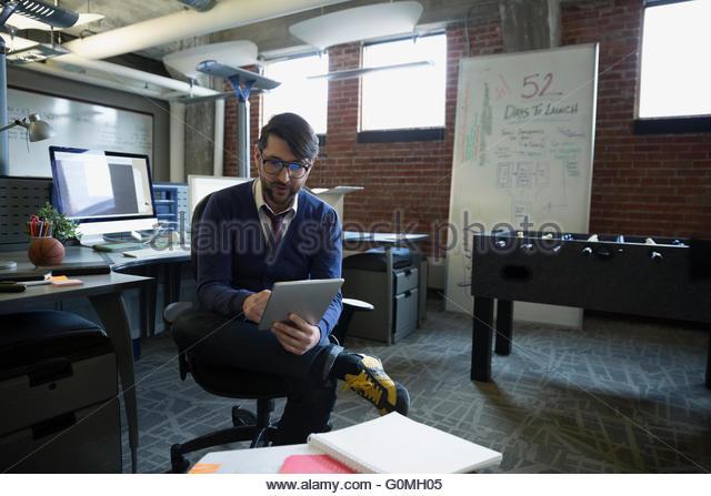 Unternehmer, die mit digital-Tablette in neues Büro Stockbild