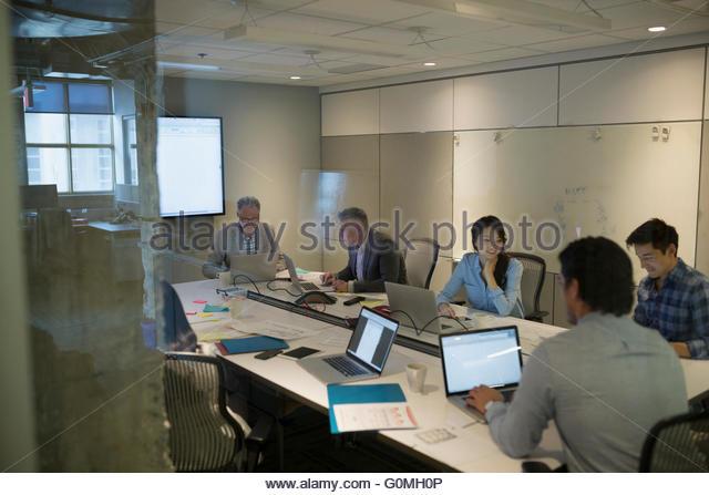 Geschäftsleute in Zimmer Tagung Stockbild