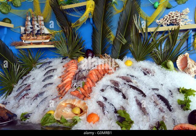 Konfektionsständer Fische und Meeresfrüchte, aber auch Muscheln setzen auf dem Eis. Stockbild