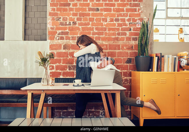 Porträt von Mann und Frau umarmen einander in einem Café, paar, treffen in einem Café. Stockbild