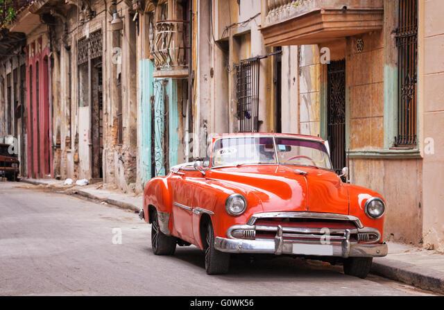 Klassische amerikanische Oldtimer in einer Straße in Alt-Havanna, Kuba Stockbild