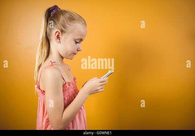 Mädchen mit einem Pferdeschwanz mit einem smartphone Stockbild