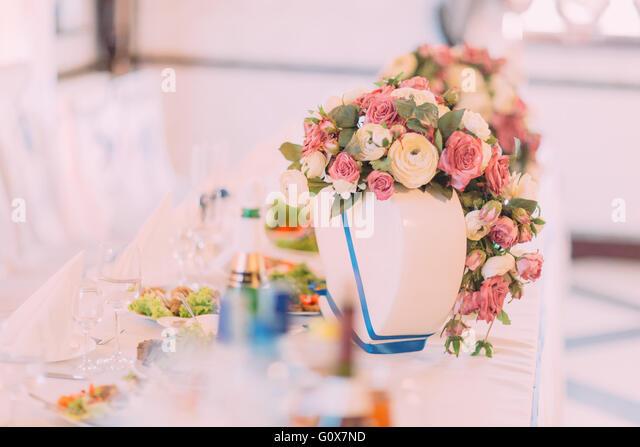 Hochzeit Tisch dekoriert mit rosa Rosen für feines Essen oder ein anderes Ereignis gesorgt Stockbild