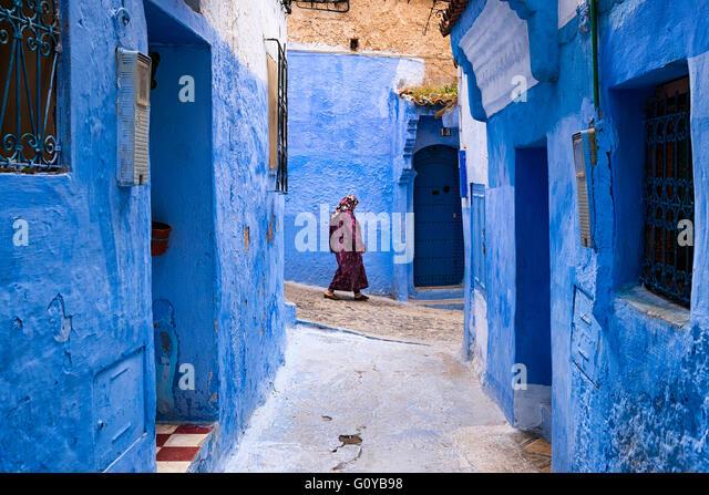 Chefchaouen, Marokko - 10. April 2016: Eine Frau in einer Straße von der Stadt Chefchaouen in Marokko. Stockbild