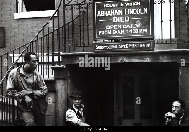 Schwarze Männer außerhalb des Hauses, wo Abraham Lincoln starb. Von John Vachon, Farm Security Administration Stockbild
