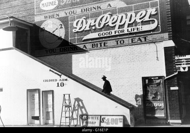 "Unter dem Titel: ""Negro in farbigen Eingang des Kino am Samstagnachmittag, Belzoni, Mississippi Delta, Mississippi Stockbild"