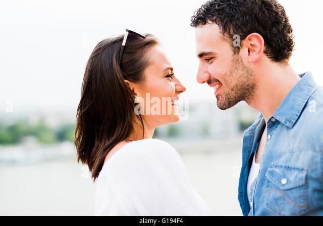 Junge schöne Paar Nasen als Zeichen der Liebe und küssen einander reiben Stockbild