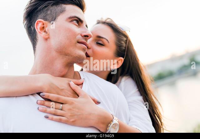 Jung und schön Paar in der Liebe mit einander verkleben Stockbild