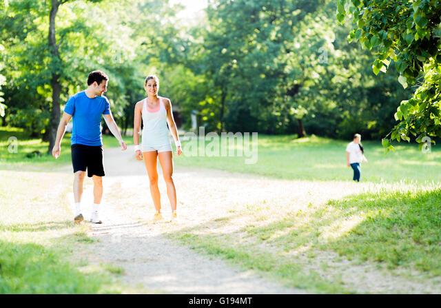 Junge Menschen joggen und trainieren in der Natur Stockbild