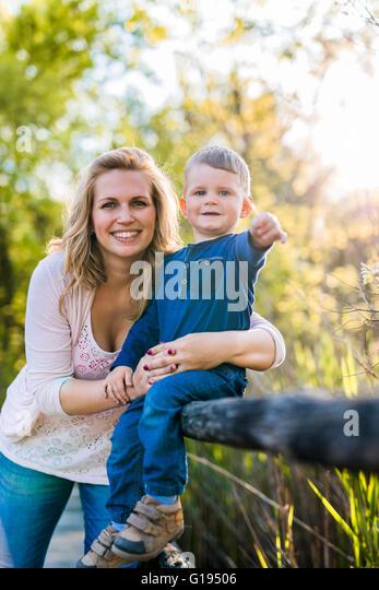 Schöne junge Mutter mit ihrem hübschen Sohn Stockbild