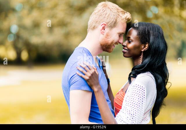 Paar in Liebe umarmt friedlich im Freien und wirklich glücklich zu sein. Gefühl von Sicherheit und Gelassenheit Stockbild