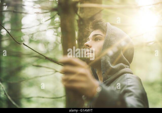 Mit Kapuze Mann in den Wald erkunden Natur, Individualität und Freiheit Konzept Stockbild