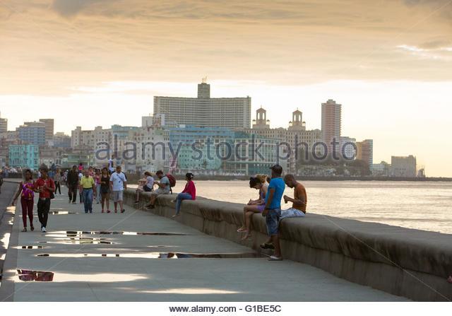 Kuba, Ciudad De La Habana Provinz, Havanna, Kubaner auf dem Malecon und Vedado District im Hintergrund Stockbild