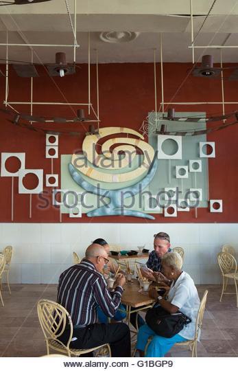 Kuba, Cienfuegos Provinz Cienfuegos, Kubaner essen Eis bei der Copelia Stockbild
