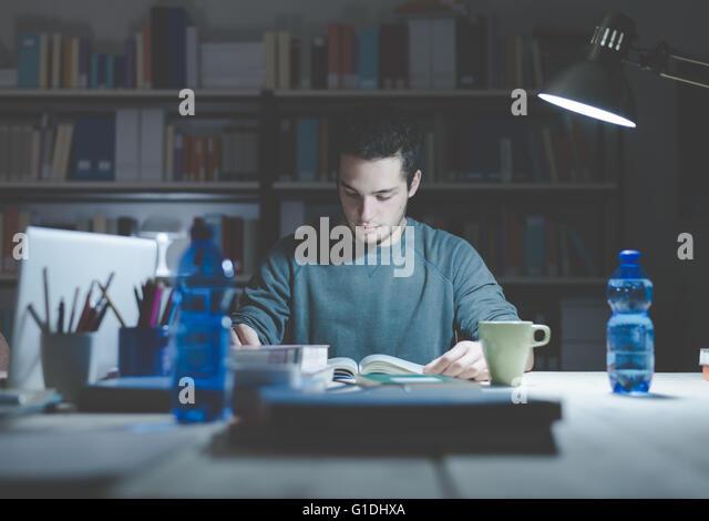 Teenager-Studentin Bücher lesen und studieren spät am Abend, lernen und Bildung Konzept Stockbild