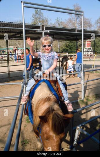 3 Jahre altes Mädchen Reitpony in Irvine Regional Park. © Myrleen Pearson Stockbild