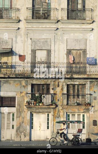 Fahrrad-Taxi in Alt-Havanna und Fassade der baufälligen Gebäude Innenstadt von Havanna Kuba Karibik Stockbild