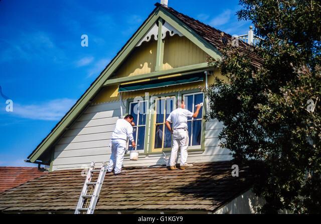 Hispanische Männer Malerei historischen Haus in Long Beach, CA Myrleen Pearson Stockbild