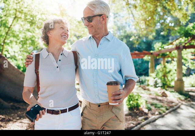Porträt von glücklich älteres Paar zusammen in einem Park spazieren. Mann und Frau in den Urlaub. Stockbild