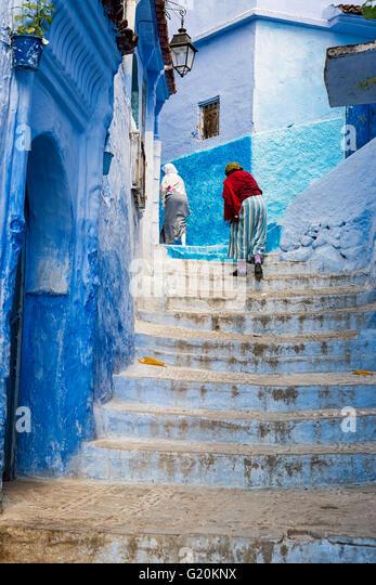 Chefchaouen, Marokko - 10. April 2016: Frauen Klettern eine Treppe in die Stadt Chefchaouen in Marokko. Stockbild
